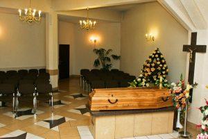 Kaplica pogrzebowa z ciemnymi krzesłami