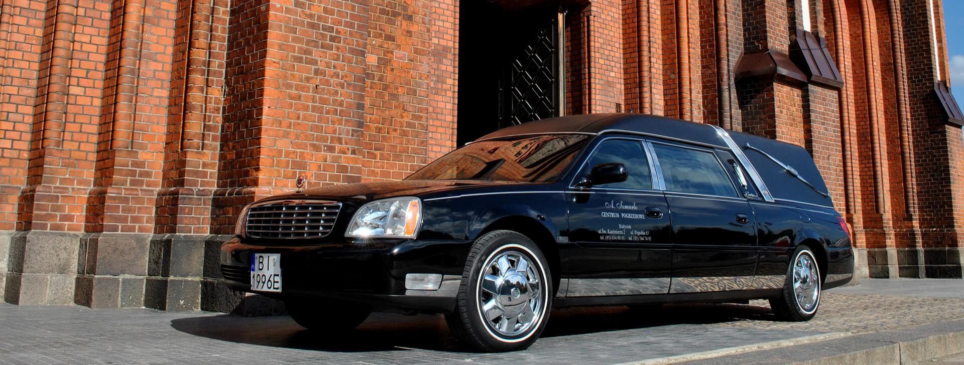 Samochód z zakładu pogrzebowego Szmurło