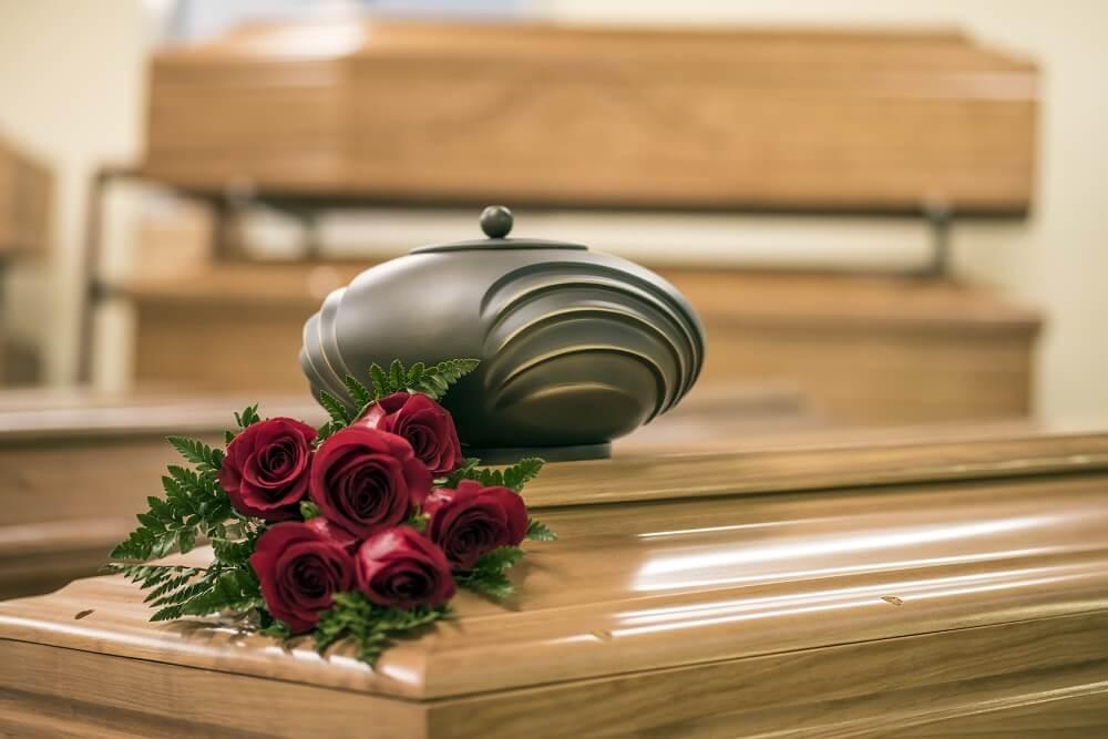 Urna na trumnie podczas pogrzebu w Białymstoku
