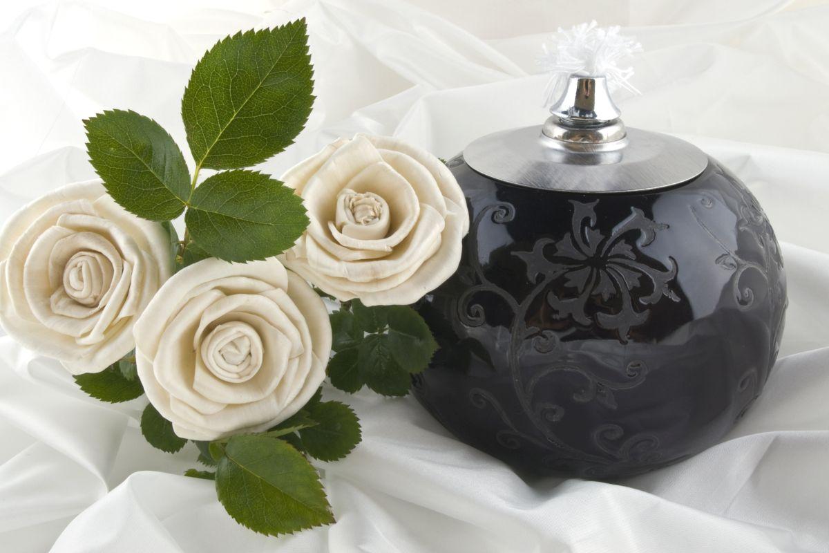 Krematorium z urną na prochy i różami