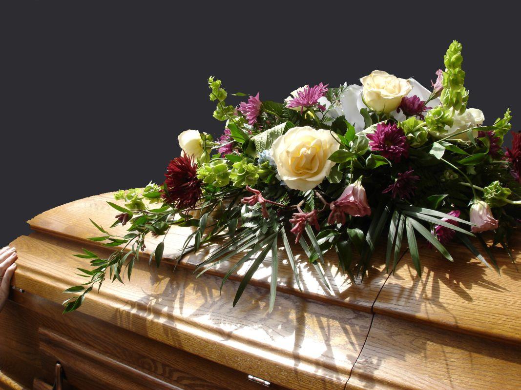 Trumna dębowa w zakładzie funeralnym